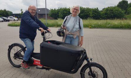 Zwei Mitglieder des Projektteams mit einem Lastenrad